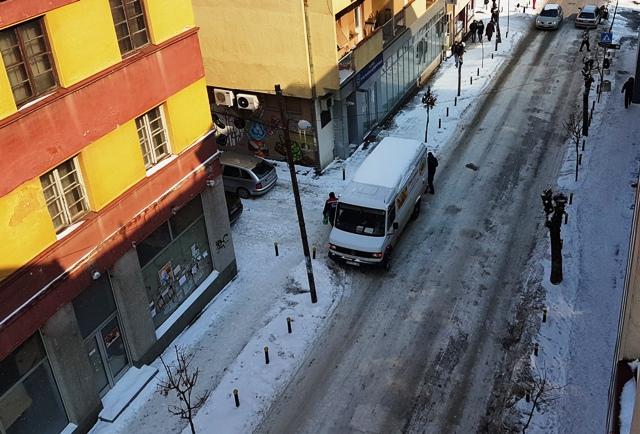 Građani sami čiste oko zgrada. Foto Vranjenews