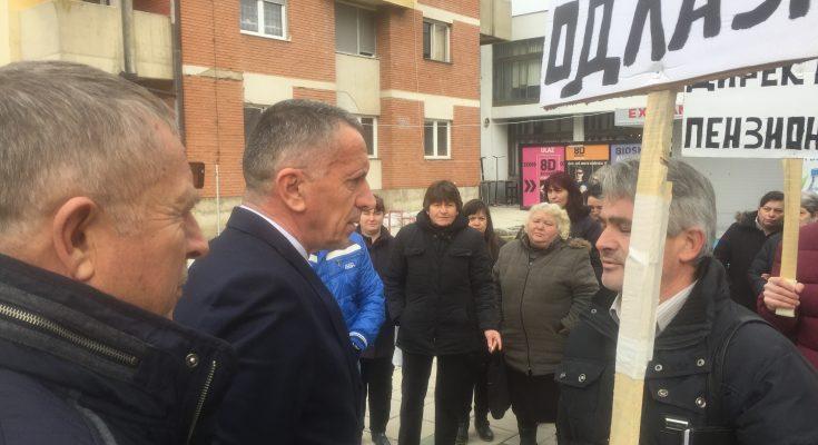 Kamberi i Arsić u razgovoru sa štrajkačima. Foto Bujanovačke