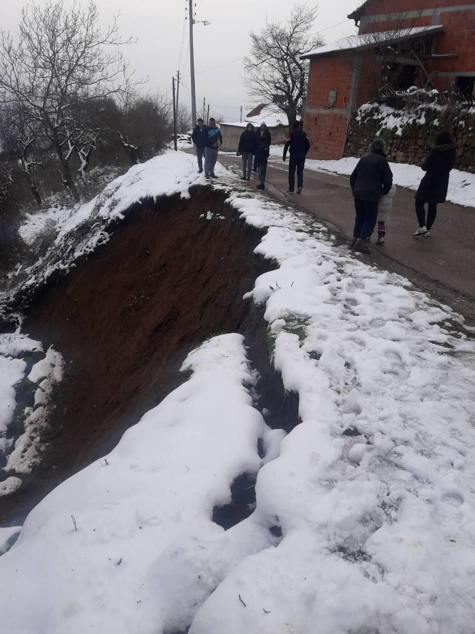 Klizište je odmah pored puta. Foto Grad Vranje