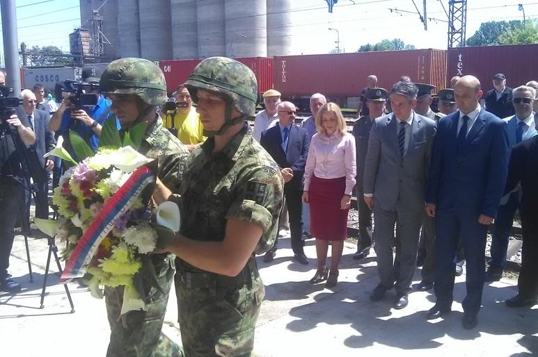 Venci i cveće položeni na spomen česmu u Ristovcu. Foto Grad Vranje