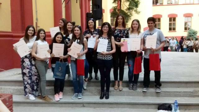 Dobitnici nagrada iz dve vranjske srednje škole. Foto privatna arhiva