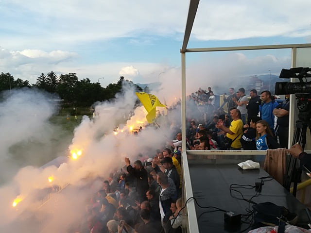 Detalj sa proslave navijača Dinama posle plasmana u Super ligu. Foto VranjeNews