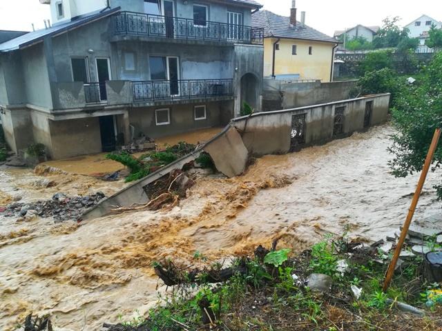 Voda odnela i ogradne zidove. Foto VranjeNews