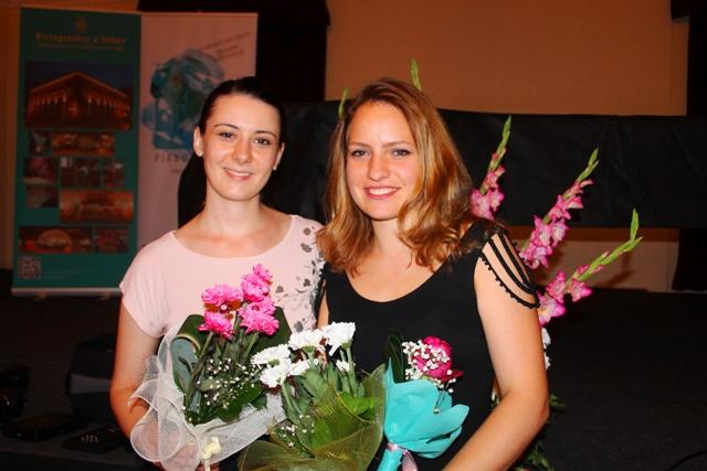 Jasmina Raković i Milica Marković poziraju fotoreporteru Vranje News-a