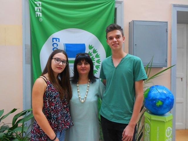 Emilija i Đorđe sa svojom profesorkom i mentorkom Gordanom Nikolić. Foto VranjeNews