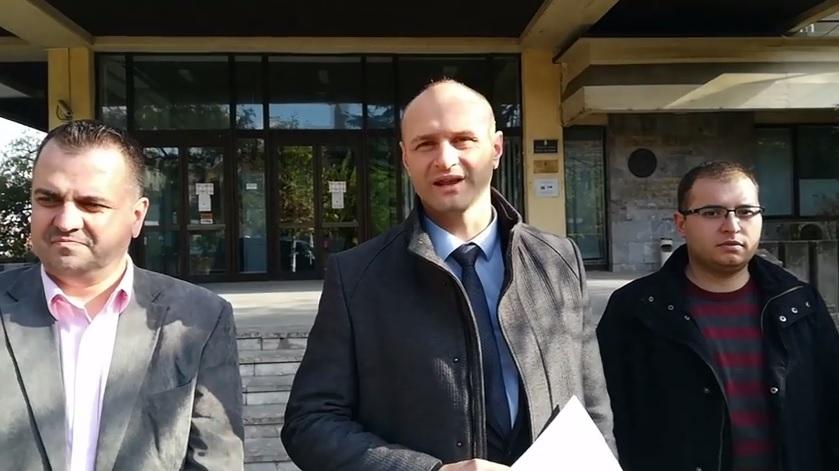 Advokat Gačević i funkcioneri NS ispred zgrade OJT u Vranju. Foto VranjeNews
