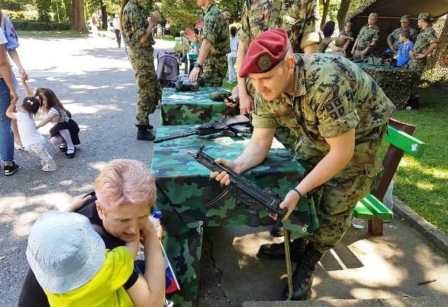 Slične akcije za mališane Vojska organizuje i na drugim lokacijama: prizor sa Dečjeg festivala. Foto VranjeNews