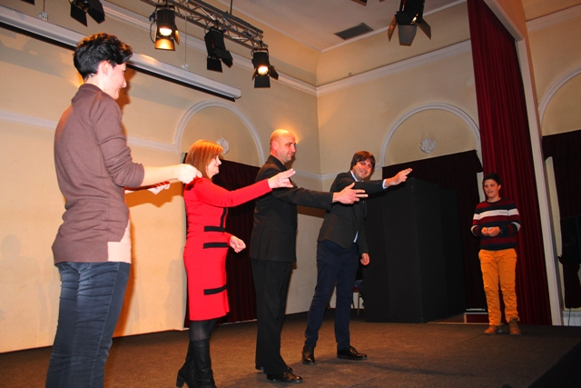 Presecanje nevidljive vrpce: detalj sa otvaranja festivala. Foto VranjeNews