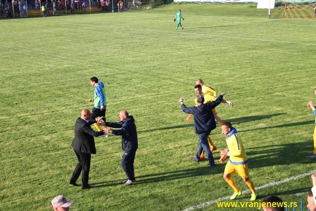 Radost klupe domaćih posle važna tri boda. Foto VranjeNews