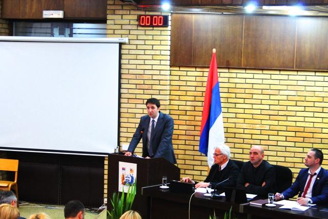 Gradski većnik za budžet i finansije Bojan Kostić na sednici lokalnog parlamenta. Foto VranjeNews