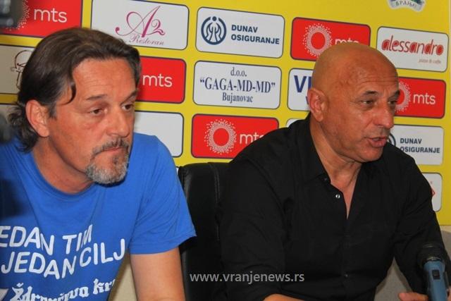 Hvala publici: Dragan Antić i Ljubiša Dunđerski na konferenciji za medije. Foto VranjeNews