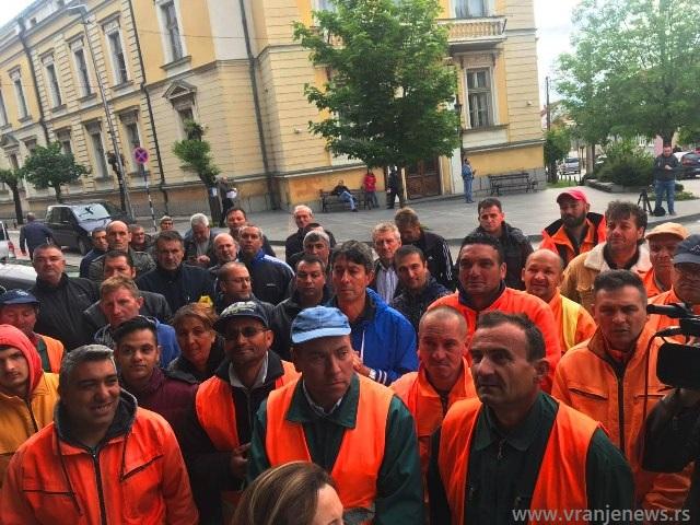 Radnici Komrada podržali direktora. Foto VranjeNews