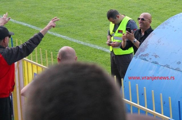 Goreće Vranje: Dragan Antić pred navijačima Dinama. Foto VranjeNews