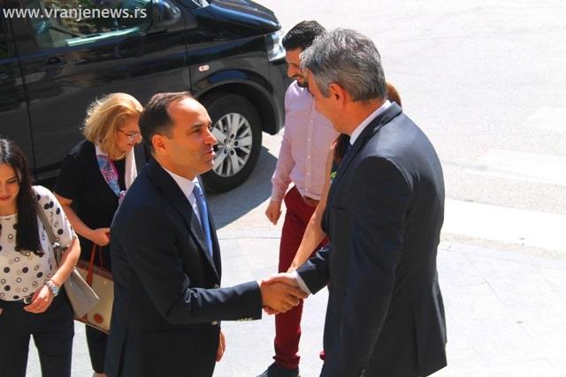 Doček za ambasadora ispred zgrade Načelstva. Foto VranjeNews