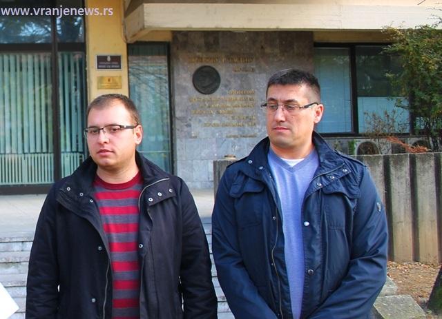 Đorđe Ristić (levo) i Dragan Pavlović 15. novembra 2018. ispred zgrade OJT nakon predaje krivičnih prijava. Foto VranjeNews