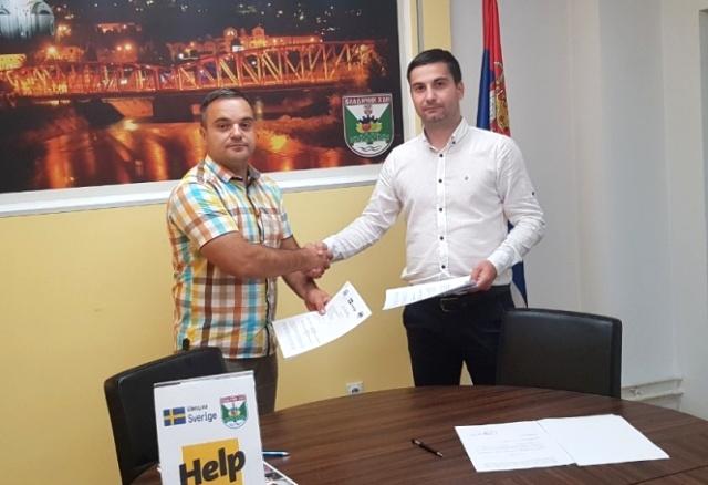 Vladimir Kostić (desno) i Bane Stanojković nakon potpisivanja aneksa ugovora. Foto haninfo.rs