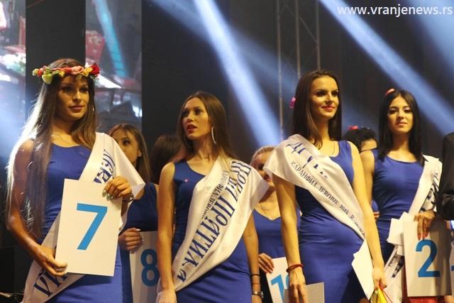 Sanja Cvetković (levo) sa pratiljama i mis šarma. Foto VranjeNews