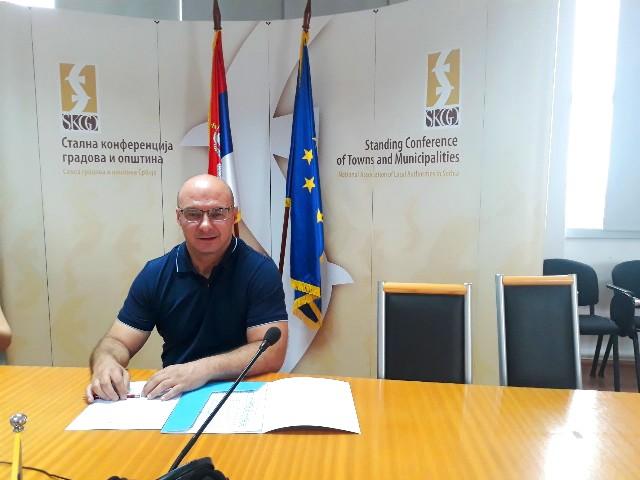 Gradski većnik za manjine Dejan Ivanović parafira ugovor. Foto Grad Vranje