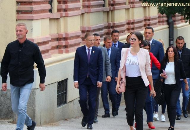 Ministar Stefanović pristiže u posetu Policijskoj upravi. Foto VranjeNews