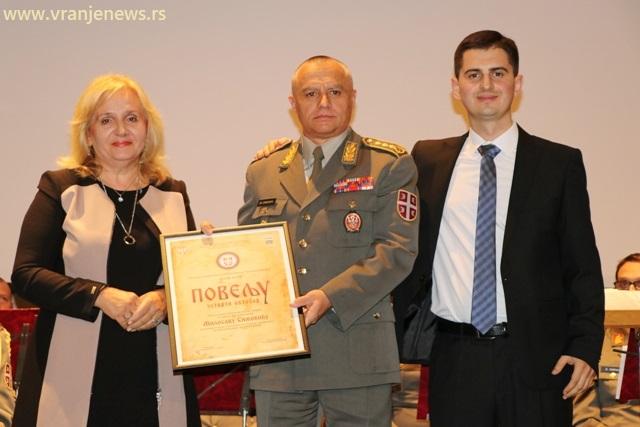 General potpukovnik Milosav Simović prima Povelju 4. oktobar od domaćina i organizatora svečane akademije. Foto VranjeNews