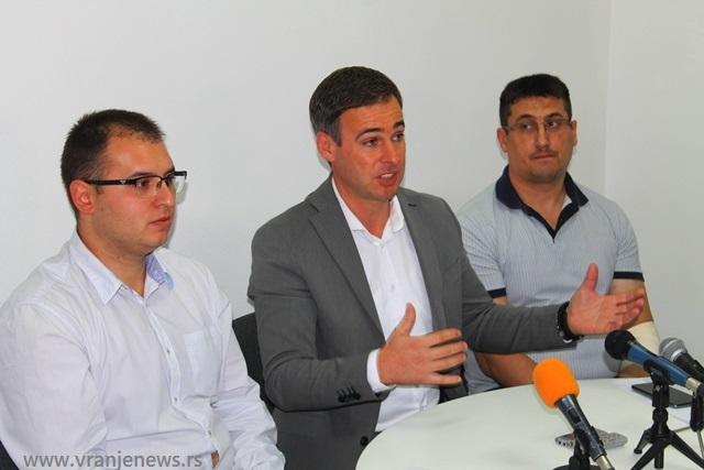 Đorđe Ristić (levo) i Dragan Pavlović (desno) sa predsednikom IO NS Miroslavom Aleksićem. Foto VranjeNews
