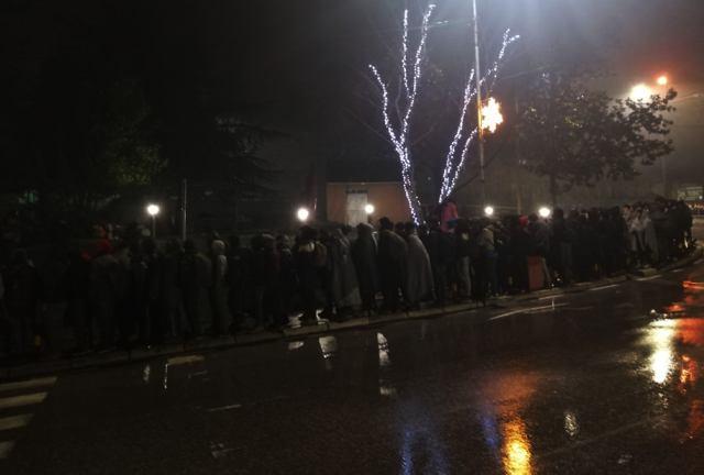 Migranti u redu za registraciju u hanskoj policiji. Foto S. Tasić