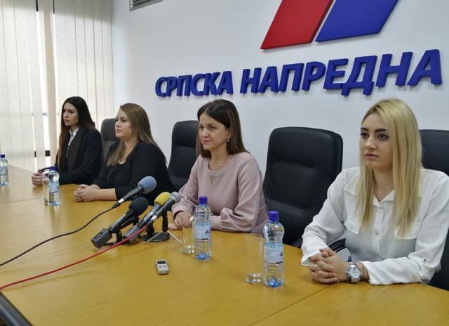 Ivana Kostić sa saradnicama na konferenciji za medije. Foto VranjeNews