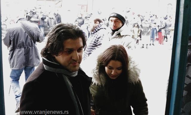 Dejan BAjramović sa sugrađanima Romima. Foto VranjeNews