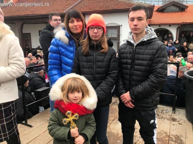 Marijana sa rodbinom. Foto VranjeNews