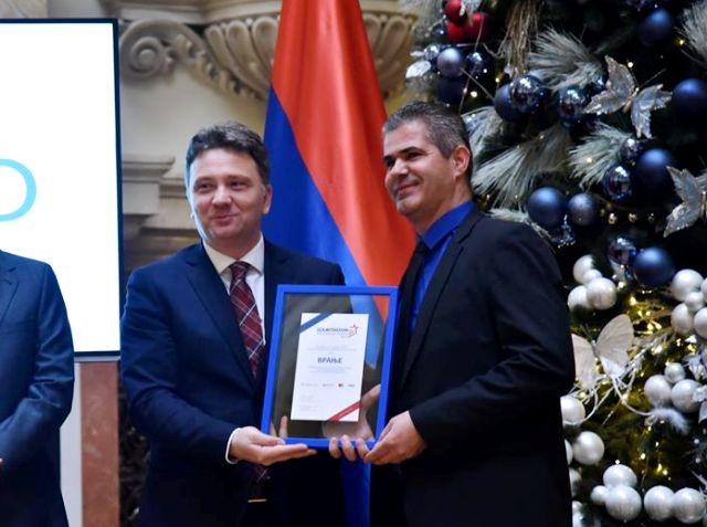 Uručenje nagrade načelniku Gradske uprave Dušanu Aritonoviću. Foto Grad Vranje