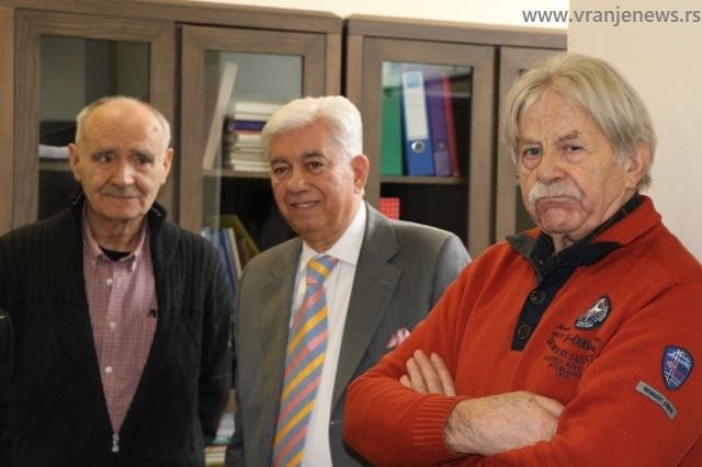 Dragan Mininčić (u sredini) vranjskoj Biblioteci poklonio 873 knjige i 6 umetničkih dela. Foto Vranje News