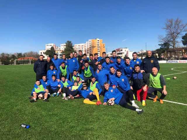 Fudbaleri vranjskog kluba na terenu na kome odigrati prvu pripremnu utakmicu u Albaniji. Foto FK Dinamo