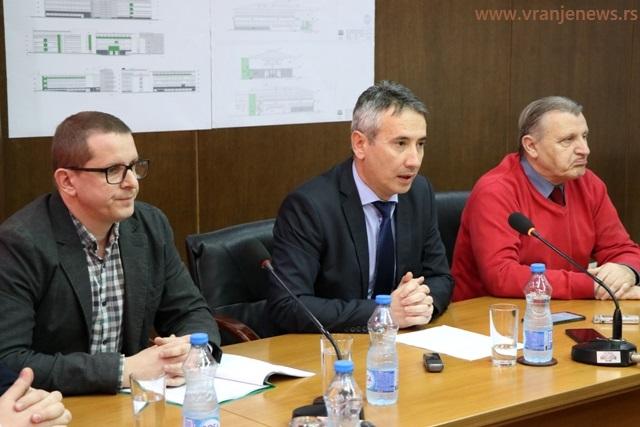 Susret sa novinarima: Slobodan Milenković sa odgovornim projektantom Rankom Gušićem i većnikom za zdravstvo Miroljubom Stankovićem. Foto Vranje News
