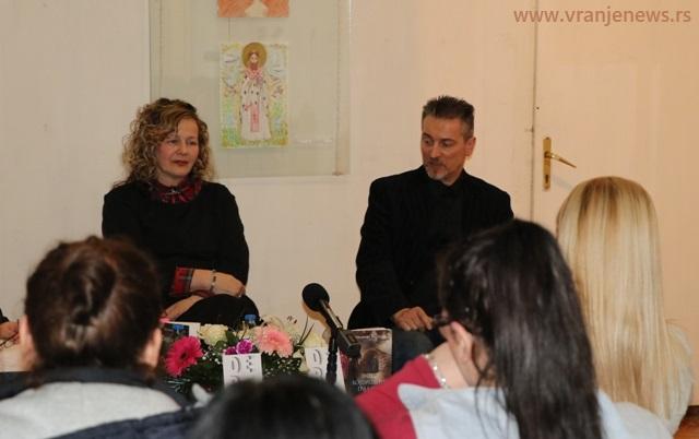 Milkica Miletić u društvu književnika i urednika izdavačke kuće Dereta Zorana Bognara. Foto Vranje News