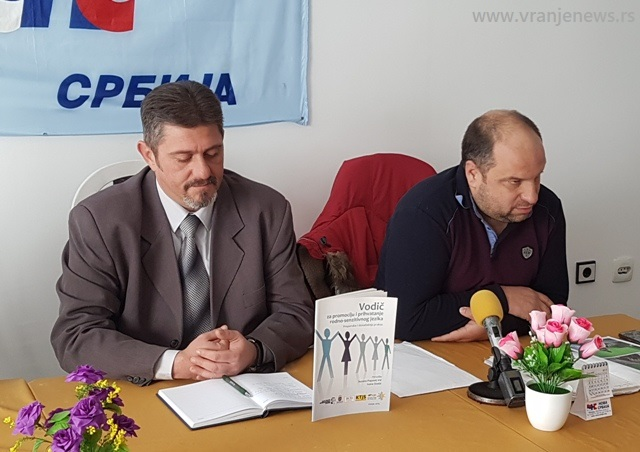 Bratislav Bogdanović (levo) sa smenjenim okružnim liderom Ivicom Petruševićem. Foto Vranje News