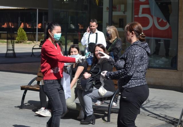 Kon tvrdi da maske više nisu potrebne na otvorenom. Foto G. Mitić