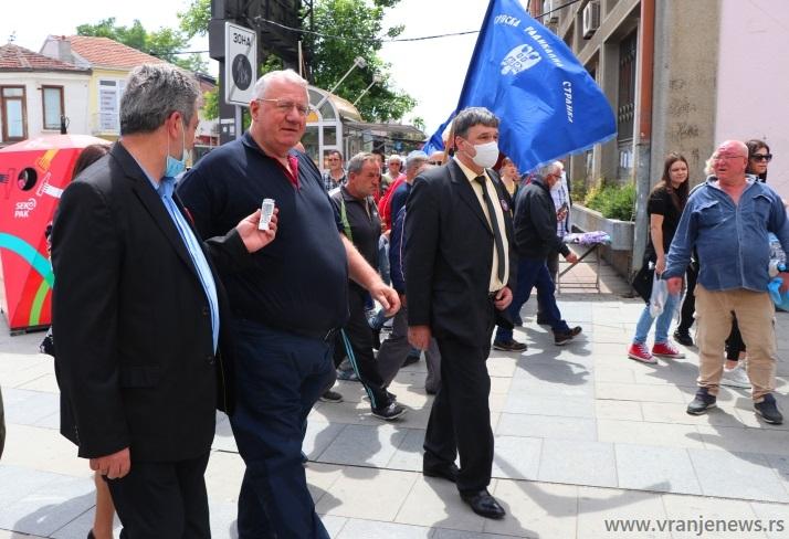 Prošla su vremena kada je lider SRS-a na mitinzima okupljao po nekoliko hiljada Vranjanaca: Šešelja dočekalo tridesetak radikala. Foto Vranje News