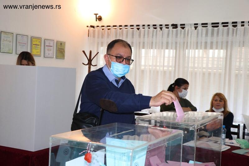 Zoran Antić obavio građansku dužnost. Foto Vranje News