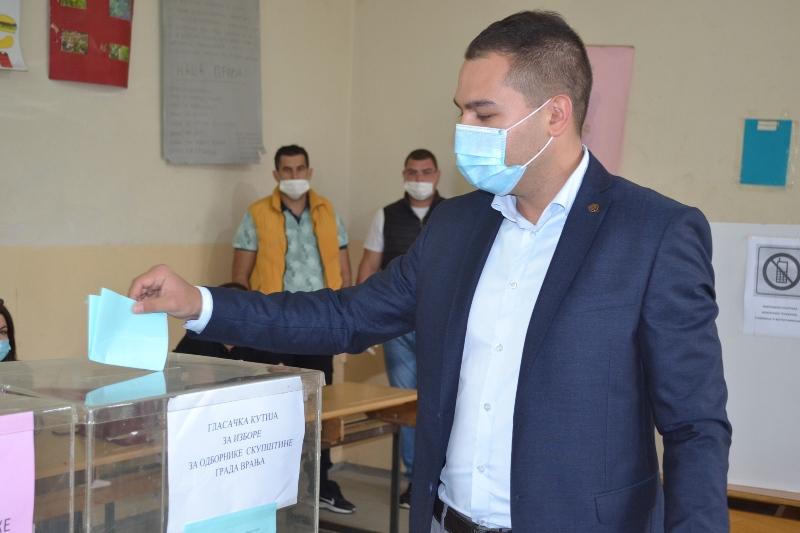 Milan Ilić na glasačkom mestu. Foto G. Mitić