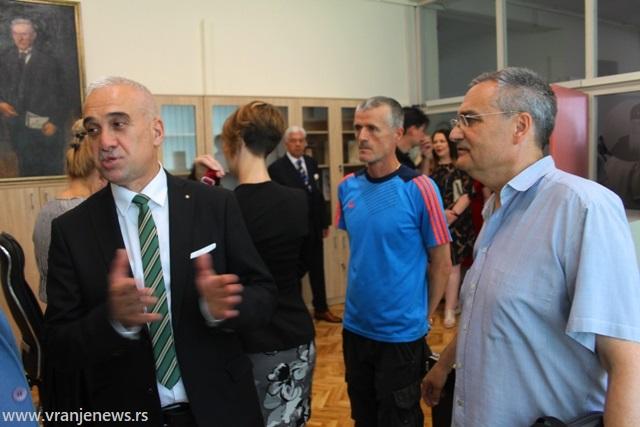 Odupiranje opštem trendu marginalizacije seoskih sredina: direktor Gradske biblioteke Zoran Najdić (levo). Foto Vranje News