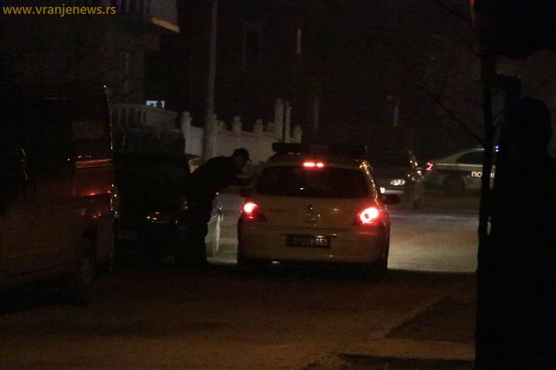 Policija na licu mesta u Ulici Ive Andrića gde je osumnjičeni počinio samoubistvo. Foto Vranje News