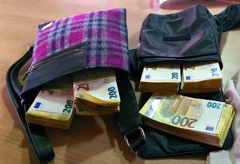 Ručne torbice bile ispod sedišta vozača. Foto Uprava carina