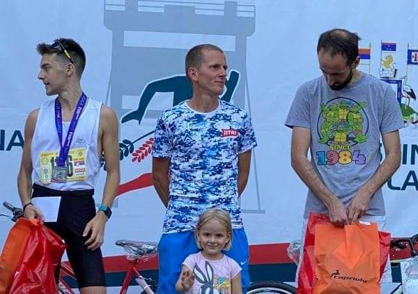 Najtrofejniji vranjski maratonac trijumfovao u Kuli: Kristijan Stošić (u sredini). Foto AK Vranjski maratonci