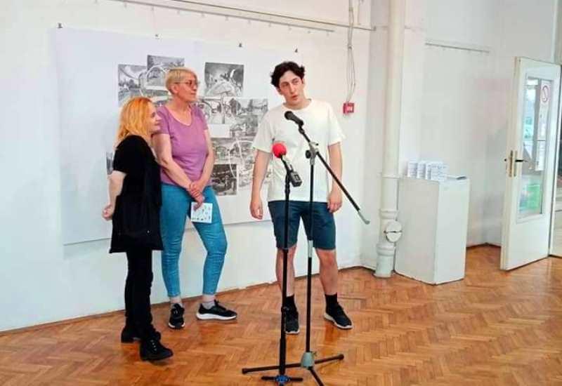 Izložba dvoje mladih umetnika iz Vranja otvorena je u Galeriji Narodnog univerziteta i trajaće do 9. jula. Foto NU