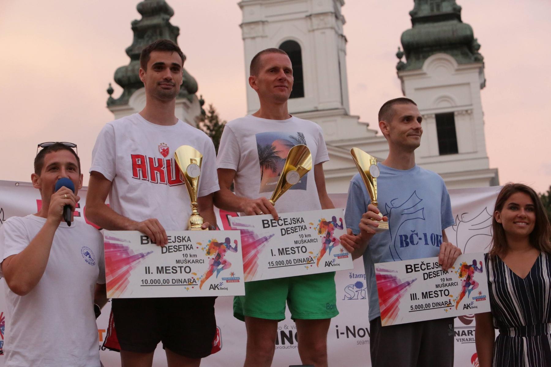 Kristijan Stošić na pobedničkom postolju u Bečeju. Foto AK Vranjski maratonci