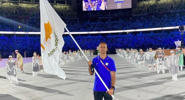 Milan Trajković sa zastavom Kipra. Foto Twitter (Panayiotis Zaphiris)