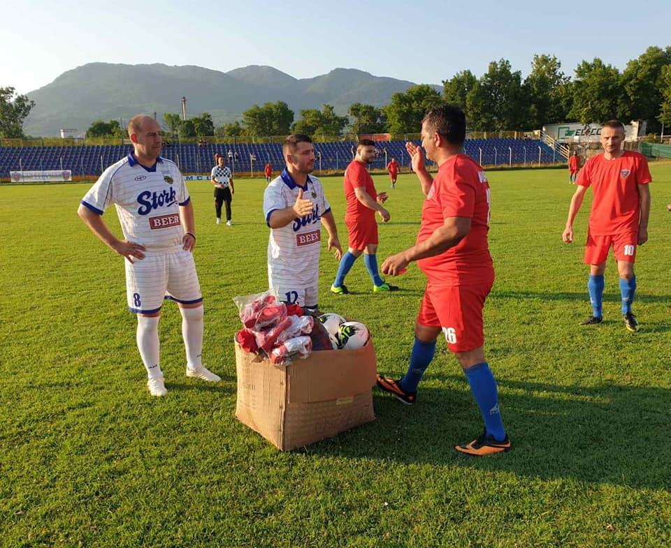 Detalj sa utakmice Radnički - Hajduk Kula u kojoj su nastupili i veterani: Dejan Osmanović, legenda oba kluba, pozdravlja se sa gostima iz Kule. Foto FK Radnički