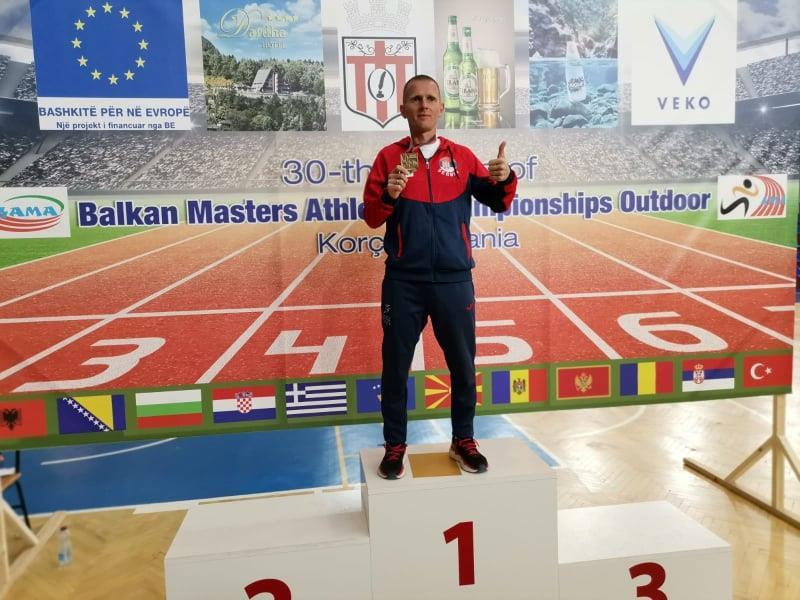 Stošić na pobedničkom postolju u Albaniji. Foto AK Vanjski maratonci