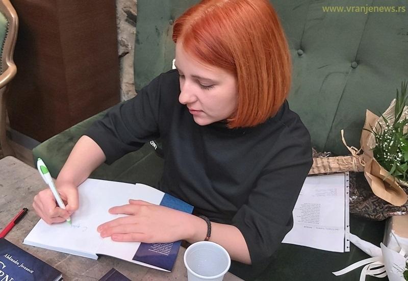 Aleksandra Jovanović na promociji Crne ptice u Vranju. Foto Vranje News