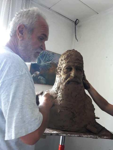 Karavelić sa svojim vajarskim radom. Foto NU (klik na sliku za uvećanje)